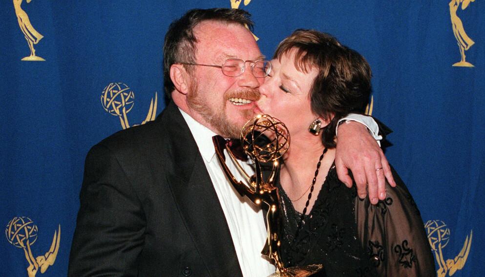 DØD: Den svenske skuespilleren Mona Malm er død. Her avbildet med Lars Molin under Emmy-utdelingen i 1998. Foto: Matt Campbell / AFP / NTB