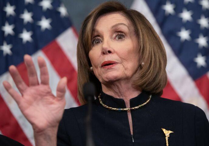 BROSJE: Brosjen er en liten versjon av Representantenes hus' symbol. Den brukte Pelosi i 2019. Foto: Saul Loeb / AFP / NTB