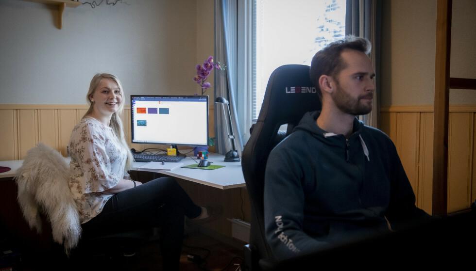 NY HVERDAG: Marie Bastesen (24) mistet jobben under pandemien og har gått tilbake til studiene for å øke kompetansen. Her følger hun hjemmeundervisning, mens samboeren Eirik Taylor (31) har hjemmekontor. Han jobber som softwareingenør hos Esko-Graphics Kongsberg AS. Foto: Bjørn Langsem / Dagbladet