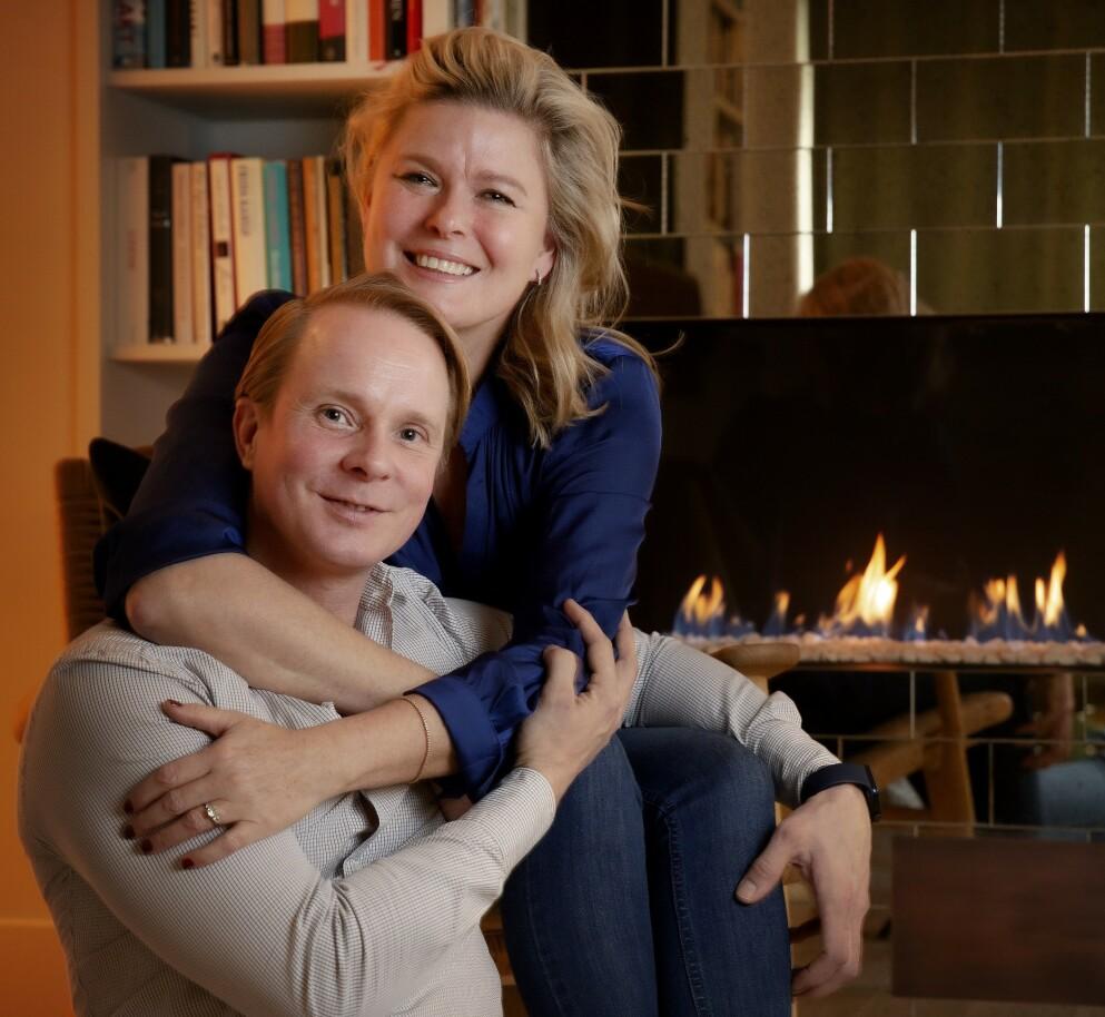 NY SIVILSTATUS SNART: Petter Pilgaard (40) og Vendela Kirsebom (54) er kjærester, samboere, forlovet - og hvis alt går etter planen i løpet av året også ektefeller.