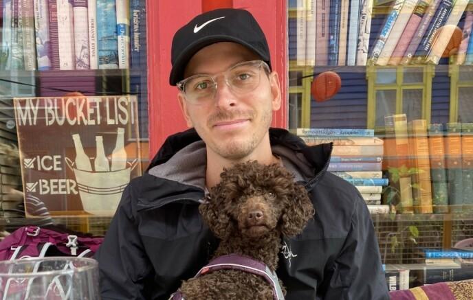 OMKOM: 31 år gamle Eirik Grønolen omkom i skredet på Gjerdrum. Torsdag 14.01 ble han begravet fra Jeløy kapell. Her er Grønolen sammen med hunden Milli, som ble reddet ut av raset av redningsmannskaper etter to døgn. Foto: Privat / med tillatelse fra familie