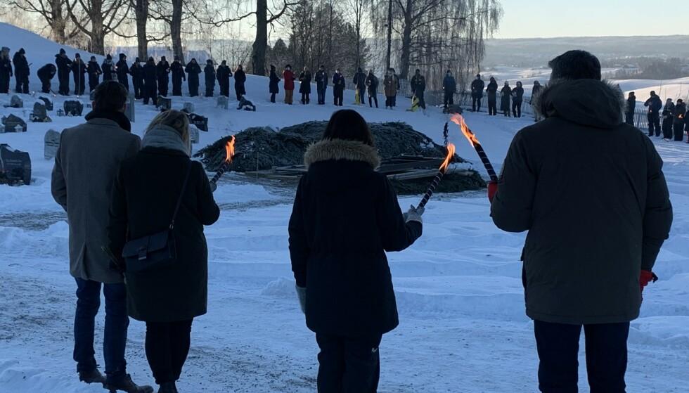 SLÅR RING: Mange har samlet seg rundt stedet der familien skal gravlegges. Foto: Øystein Andersen / Dagbladet
