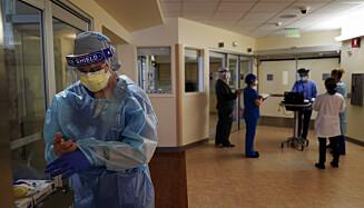 SMITTEVERN: Sykepleieren Merri Lynn Anderson kler på seg smittevernutstyr før hun skal se til en pasient med Covid-19, på St. Joseph sykehus i Orange county, California. Foto: Jae C. Hong/ AP/ NTB
