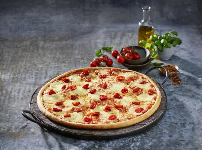 FAVORITTEN: - Jeg har reist verden rundt på jakt etter den perfekte pizza, og har smakt mye bra. Men når alt kommer til alt er jeg nok mest glad i en god pizza margherita, sier Hellstrøm. Nå kan du bestille hans versjon fra Domino's. Foto: Domino's