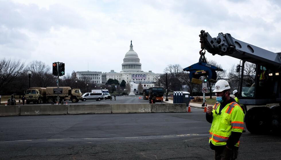 BARRIKADER OG SOLDATER: Fredag ble det satt opp betongblokker og gjerder rundt Capitol Hill. 20 000 soldater fra Nasjonalgarden er også i Washington D.C. nå. Foto: Jesper Nordahl Finsveen / Dagbladet