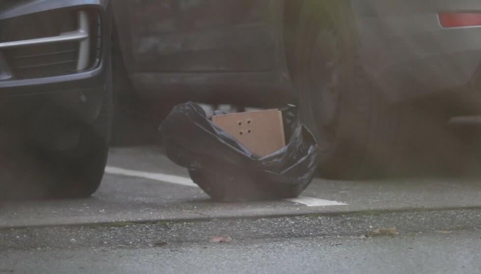 GJENSTAND: Det som kanskje er en bombe i en plastpose på parkeringsplassen utenfor København. Foto: Presse-foto.dk