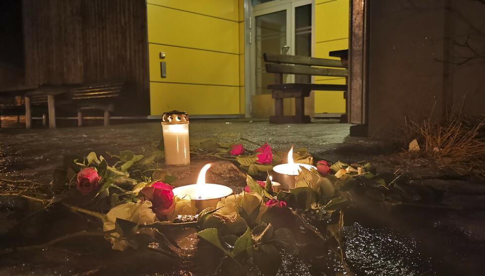 Lys lys: Blomster og lys ble lagt på Svolver skole lørdag kveld. Fem personer fra Wagon kommune er savnet i en hyttebrann på Andia. Fire av dem er under 16 år. Foto: AIdem Media / NTB