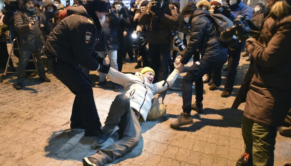 PÅGREPET: En Navalnyj-tilhenger blir pågrepet. Foto. Dmitry Serebryakov / AP / NTB