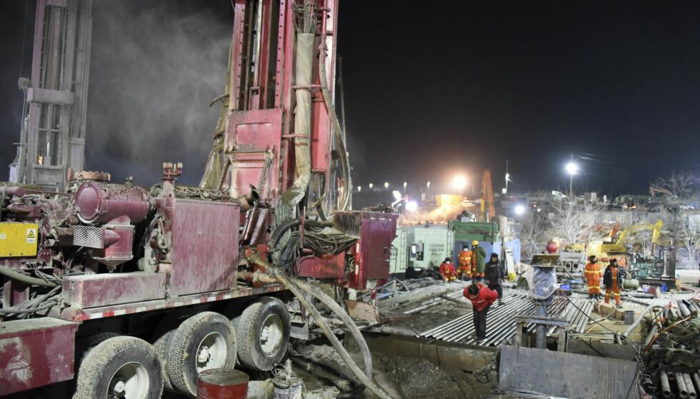 REDNINGSAKSJON: Redningsmannskap forsøker å bore en redningsvei inn i gruva hvor 22 arbeidere ble sperret inn for en drøy uke siden. Foto: Wang Kai / Xinhua / AP / NTB