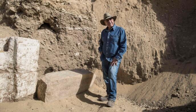 STOLT: Den egyptiske arkeologen Zahi Hawass poserer i området der de graver ut en rekke arkeologiske funn, og mener at historien nå må skrives om. Han spår også at Saqqara vil bli en ny turist-destinasjon etter dette. Saqqara ligger bare 18 kilometer sør for pyramidene i Giza. Foto: Khaled Desouki / AFP / NTB