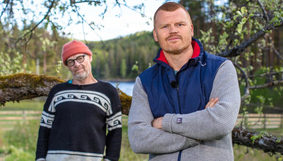 AMPERT: Espen Thoresen (62) og John Arne Riise (40) møtte hverandre i vinterens første «Farmen kjendis»-tvekamp søndag. De to var langt fra perlevenner inne på gården. Foto: Alex Iversen / TV 2
