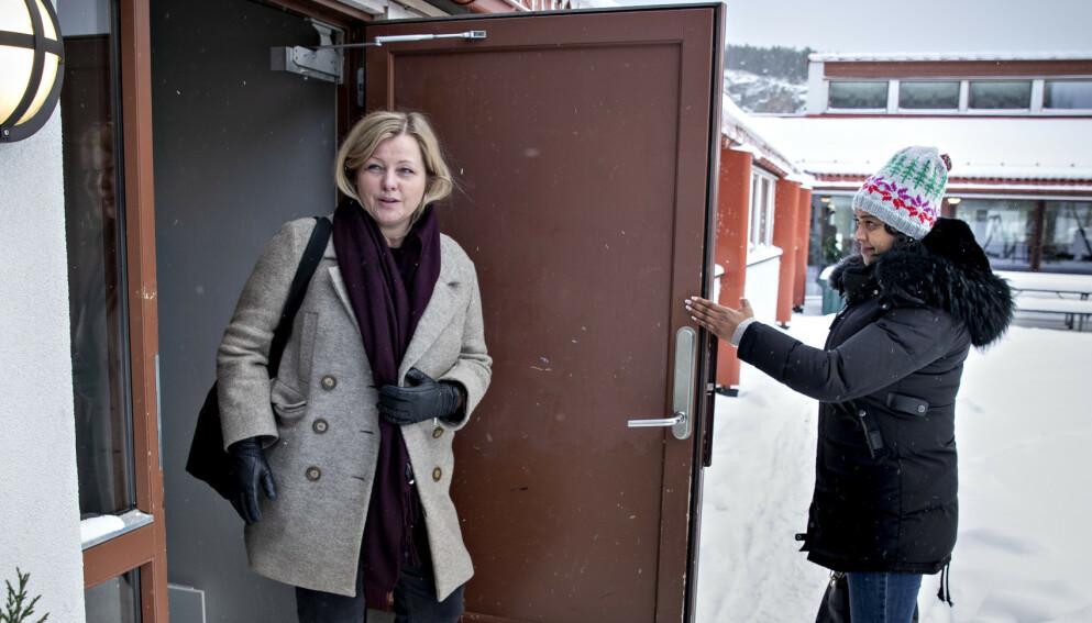ADVARER: Partisekretær Kjersti Stenseng understreker viktigheten av at Arbeiderpartiet blir største parti i en ny regjering. Døråpner er Kamzy Gunaratnam. Foto: Bjørn Langsem / Dagbladet