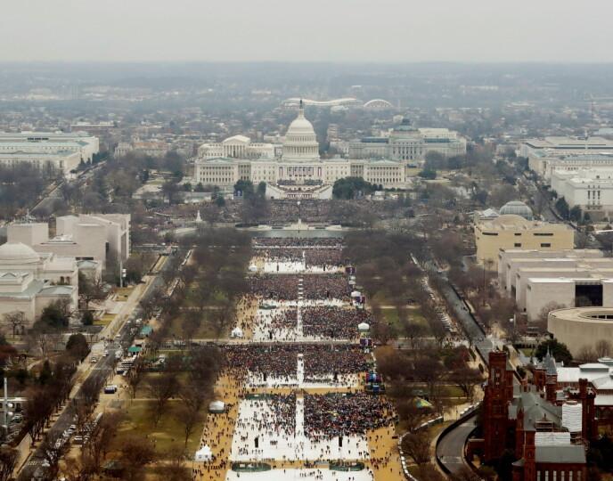 """INNSETTELSE JANUAR 2017: Trumps """"alternative fakta"""" da han hevdet flere var til stede på hans innsettelse enn Obama sin. Foto: REUTERS/Lucas Jackson/NTB"""