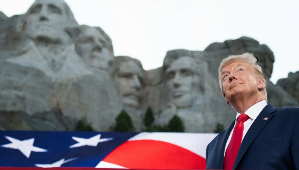 FORAN MONUMENT: Trump ved Mount Rushmore, der ansiktene til George Washington, Thomas Jefferson, Theodore Roosevelt og Abraham Lincoln er hogd inn i fjellet. Foto: Saul Loeb / AFP / NTB