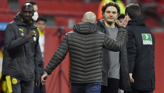 MISLYKTES: Borussia Dortmund-trener Edin Terzic tar Bayer Leverkusen-trener Peter Bosz i hånda etter kampen i går kveld. Foto: NTB