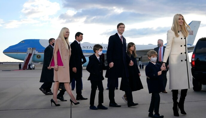UNDER AVSKJEDEN: Ivanka Trump med ektemannen Jared Kushner og deres tre barn. Brødrene Eric og Donald Jr. Trump, søsteren Tiffany Trump og hennes ferske forlovede Michael Boulos var også på plass i Maryland. Foto: Alex Edelman/AFP/NTB