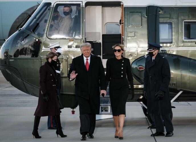 TOK FARVEL: Trump-ekteparet inntok talerstolen før de satte seg på flyet videre til eiendommen Mar-a-Lago i Florida. Foto: AFP/ NTB