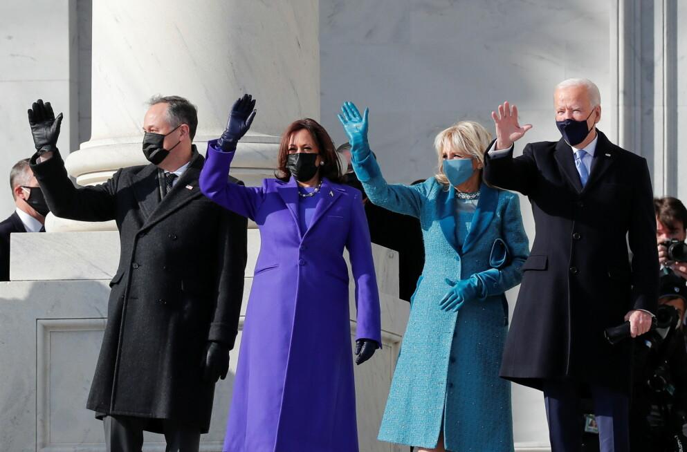 EN TING GÅR IGJEN: Visepresident Kamala Harris og Jill Bidens antrekk har en ting til felles. Her er de to avbildet med Harris ektemann Doug Emhoff og president Joe Biden. Foto: Mike Segar / REUTERS / NTB