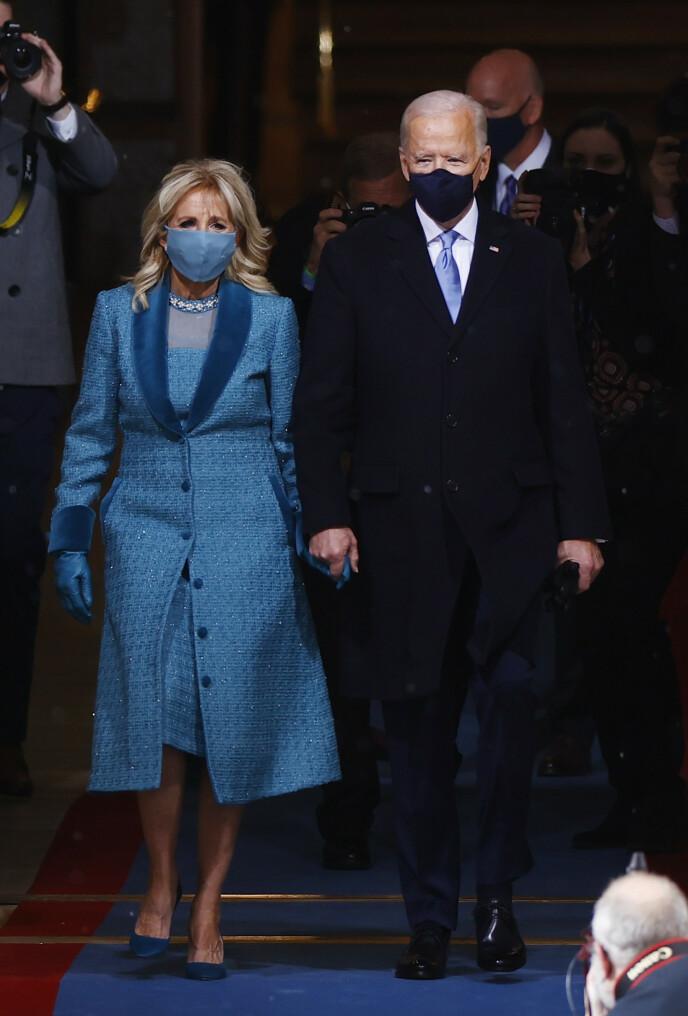 BLÅ FRA TOPP TIL TÅ: Jill Biden valgte et matchende antrekk i blått av en amerikansk designer fra New York. Foto: Jim Bourg / Reuters / NTB