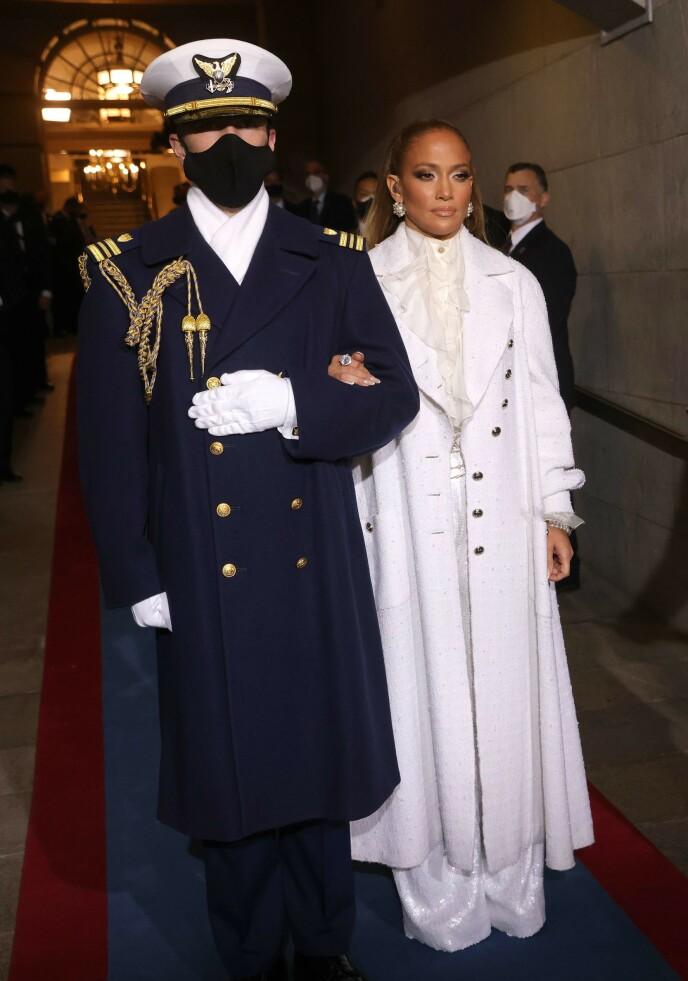 HELHVITT: Jennifer Lopez dukket opp under insettelsen med et helhvitt antrekk for anledningen. Foto: Win Mcnamee