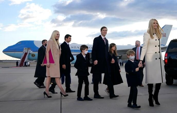 UNDER AVSKJEDEN: Ivanka Trump med ektemannen Jared Kushner og deres tre barn. Brødrene Eric og Donald Jr. Trump, søstera Tiffany Trump og hennes ferske forlovede Michael Boulos var på plass i Maryland onsdag ettermiddag. Foto: Alex Edelman / AFP /NTB