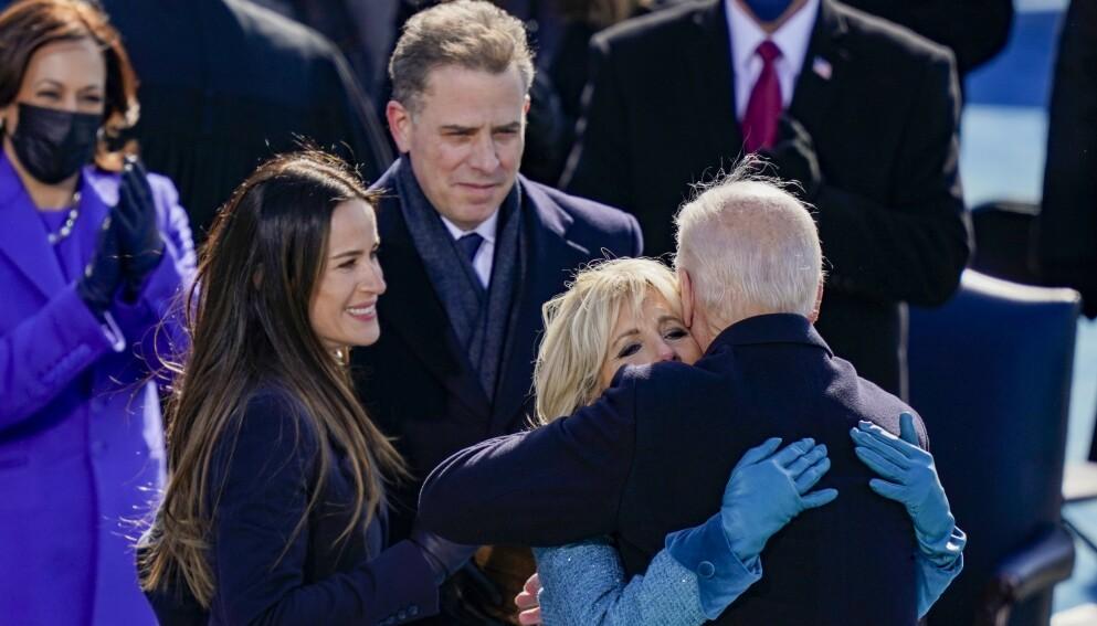 MOR OG DATTER: Onsdag ble Joe Biden USAs neste president. Dagen i forveien gjorde dattera Ashley sitt første tv-intervju. Her er hun avbildet med mora Jill Biden og faren Joe Biden under innsettelsen. Foto: Drew Angerer / AFP / NTB