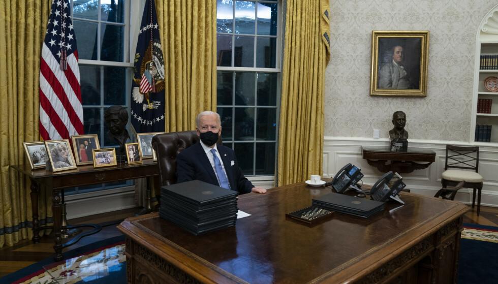 PÅ PLASS: Etter et valg med en flere udokumenterte påstander og krasse ordlag fra Donald Trump, er Joe Biden endelig på plass i Det hvite hus. Foto: Evan Vucci / AP / NTB