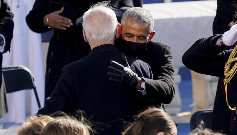 KLEMMER: Tidligere president Barack Obama og president Joe Biden gir hverandre en klem under innsettelsesseremonien. Foto: Kevin Dietsch-Pool / AFP / NTB