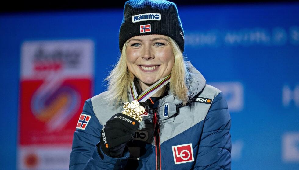 VM I SEEFELD: Maren Lundby vant VM-gull for to år siden. Her fra medaljeseremonien etter seieren. Foto: Bjørn Langsem / Dagbladet
