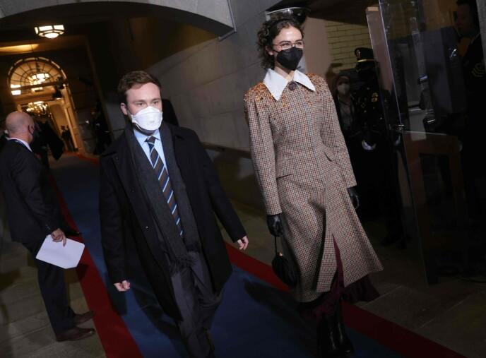 ELEGANT: Søskenparet Cole og Ella ankommer innsettelsen på Capitol Hill - sistnevnte i antrekk fra Miu Miu. Foto: Win Mcnamee / AP / NTB