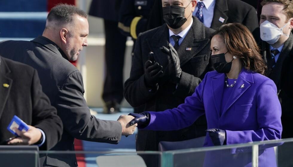HÅNDHILSER: Her håndhilser Garth Brooks på visepresident Kamala Harris. Foto: Patrick Semansky / AFP / NTB