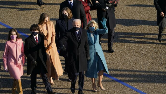 MATCHER ANTREKKENE: Familien Biden har matchet munnbindene til antrekkene. Foto: David J. Phillip / AP / NTB