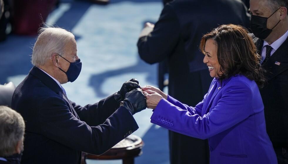 TRIUMF: Joe Biden gir Kamala Harris en «fist bump» like etter at hun ble tatt i ed som USAs nye visepresident onsdag. Foto: Drew Angerer/ Getty Images/ AFP/ NTB