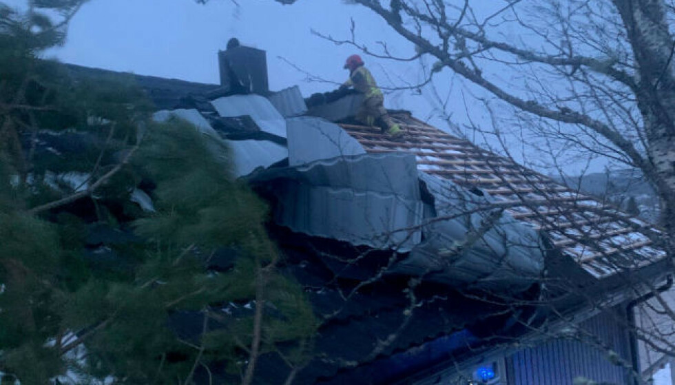 TAKPLATER LØSNET: Takplater har løsnet i et hus i Ramsvika nord for Namsos. Foto: Namdal 110-sentral