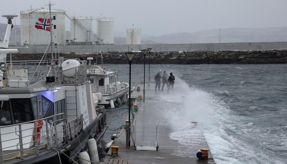 HAR TRUFFET: Ekstremværet treffer havna i Sandnessjøen. Foto: Therese Jægtvik / Helgelands Blad / NTB