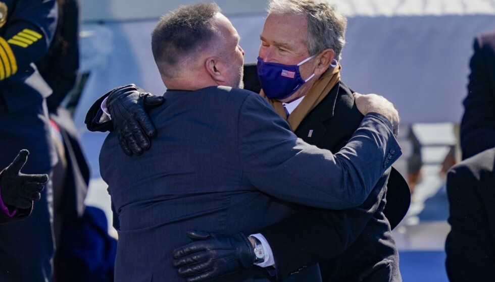 SUPERKLEMMER: Countryhelt Garth Brooks (uten munnbind) delte ut mange klemmer. Blant annet til tidligere president George W. Bush. Foto: Drew Angerer/Getty Images/AFP
