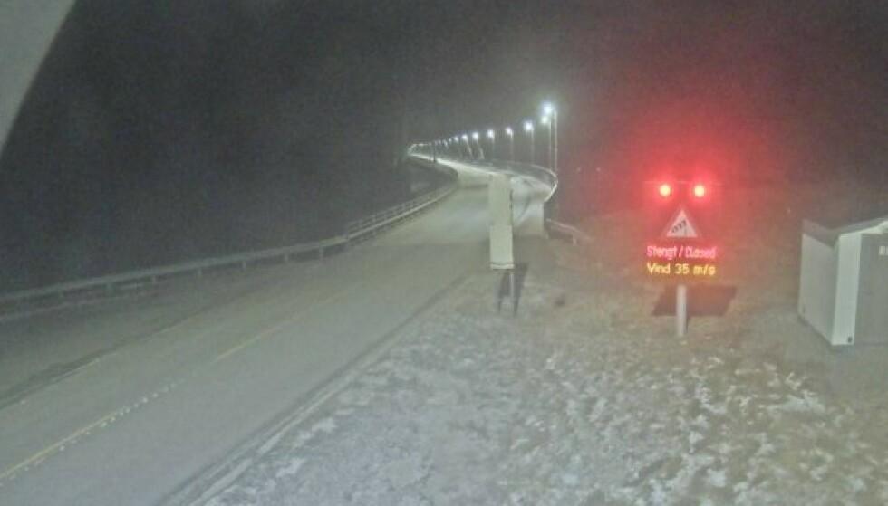 STERK VIND: Enkelte broer har også måttet stenge på grunn av den kraftige vinden. Som her på Fylkesvein 17 over Helgelandsbrua, hvor det torsdag klokka 21 er målt 35 sekundmeter vind. Foto: Statens vegvesen webkamera