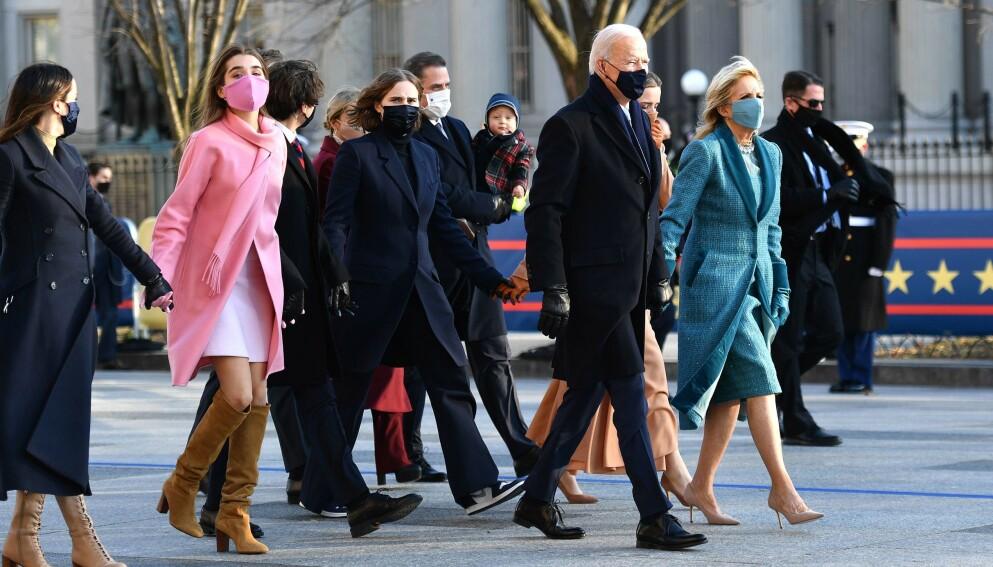STILIKON: USAs president Joe Bidens barnebarn Natalie Biden blir hyllet for det rosa antrekket hun bar under innsettelsen. Foto: Mark Makela / AFP / NTB