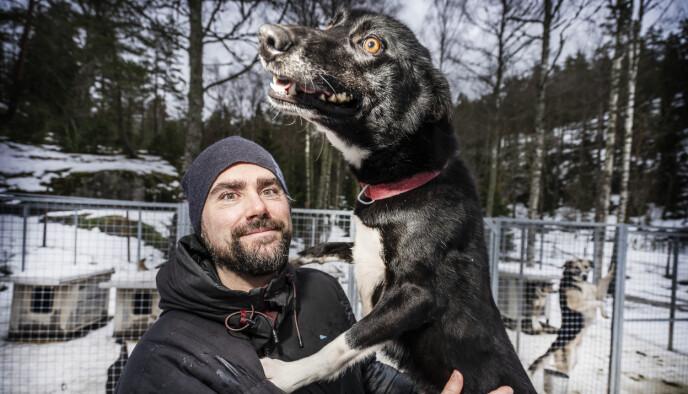 FLERE BEIN: Sebastien O. Barrault driver Sandbakken sportsstue i Østmarka. De har flere bein å stå på økonomisk, og sportsstua går bra til tross for lite snø. Foto: Hans Arne Vedlog / Dagbladet