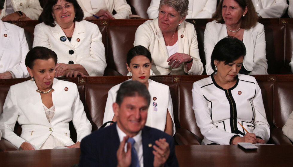Globes: Joe Munch applauderer når Donald Trump taler til kongressen i 2019. Dette var reaksjonen fra Alexandria Ocacio-Cortez. Foto: Jonathan Ernst / Reuters / NDP