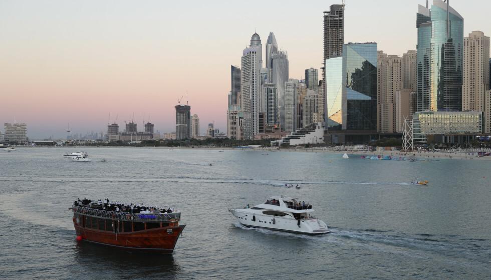 FERIESTED: De forente arabiske emirater har åpnet opp for turister. Danmark forbyr nå flyvninger fra lande. Foto: AP Photo/Kamran Jebreili