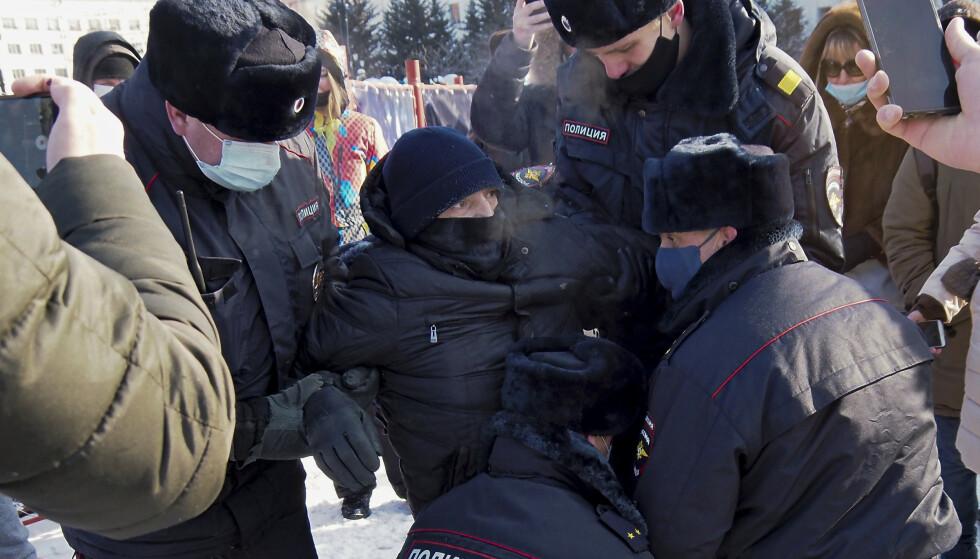 ARRESTERT: Flere protestanter har blitt pågrepet under demonstrasjonen. Foto: Igor Volkov / AP / NTB