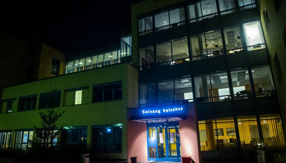 BERØRT: Solvang Helsehus er blant stedene berørt av smitte. Foto: Fredrik Varfjell / NTB