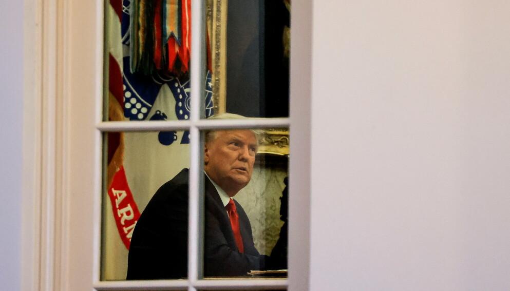 TRUMP: Ifølge den amerikanske storavisa The New York Times skal Trump ha presset sin fungerende justisminister, og vurdert å sparke ham. Det hele skal ha endt i en «duell» i det ovale kontor. Her Trump ved en annen anledning i det ovale kontor. Foto: Reuters/NTB.