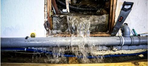 Her har det fosset inn vann i huset i fire uker