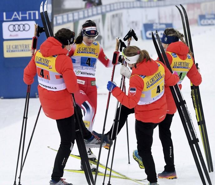 TRIUMF: De norske damene feiret seieren på denne måten. Foto: NTB