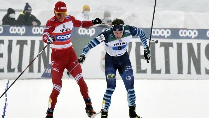 RYSTET SKIMILJØET: Aleksandr Bolsjunov slo etter Joni Mäki og sklitaklet finnen etter målgang. Jussi Nukari / Lehtikuva / AFP) / Finland OUT