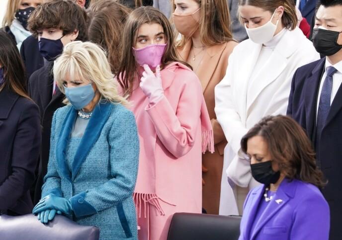VEKKER OPPSIKT: Natalie Bidens rosa antrekk har nærmest satt fyr på nettet i etterkant av innsettelsen. Foto: Kevin Lamarque/REUTERS/NTB