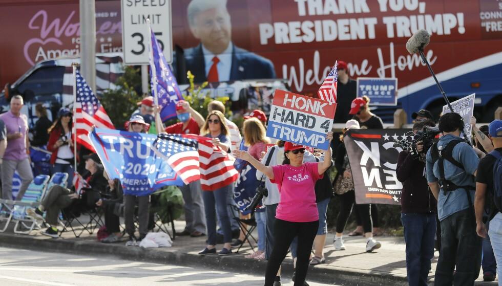 TILHENGERE: Donald Trump ble møtt av noen jublende tilhengere da han forlot Det hvite hus 20 januar og fløy til West Palm Beach og sitt nye liv på Mar-a-Lago. Foto: Michael Reaves/Getty Images/AFP