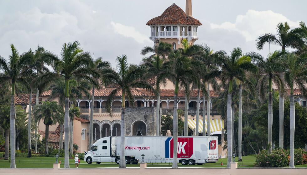 FLYTTET INN: En flyttebil fotografert utenfor den svære Mar-a-Lago-eiendommen 18. januar. Foto: Greg Lovett/The Palm Beach Post via AP